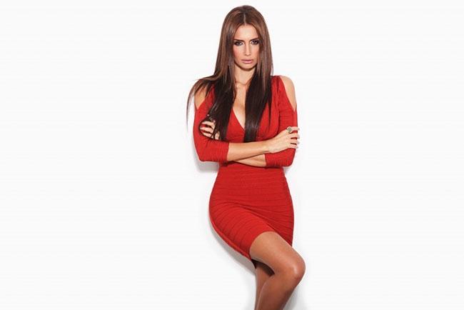 Kırmızının çok yakıştığı kadınlar 8