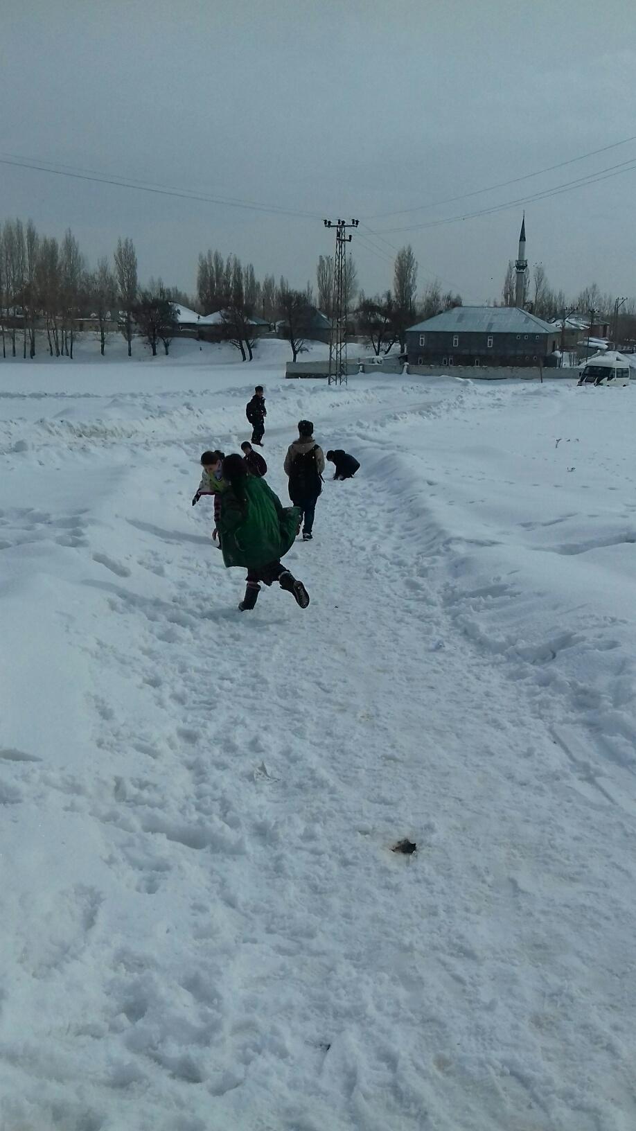Ağrılı çocukların kar sevinci 24