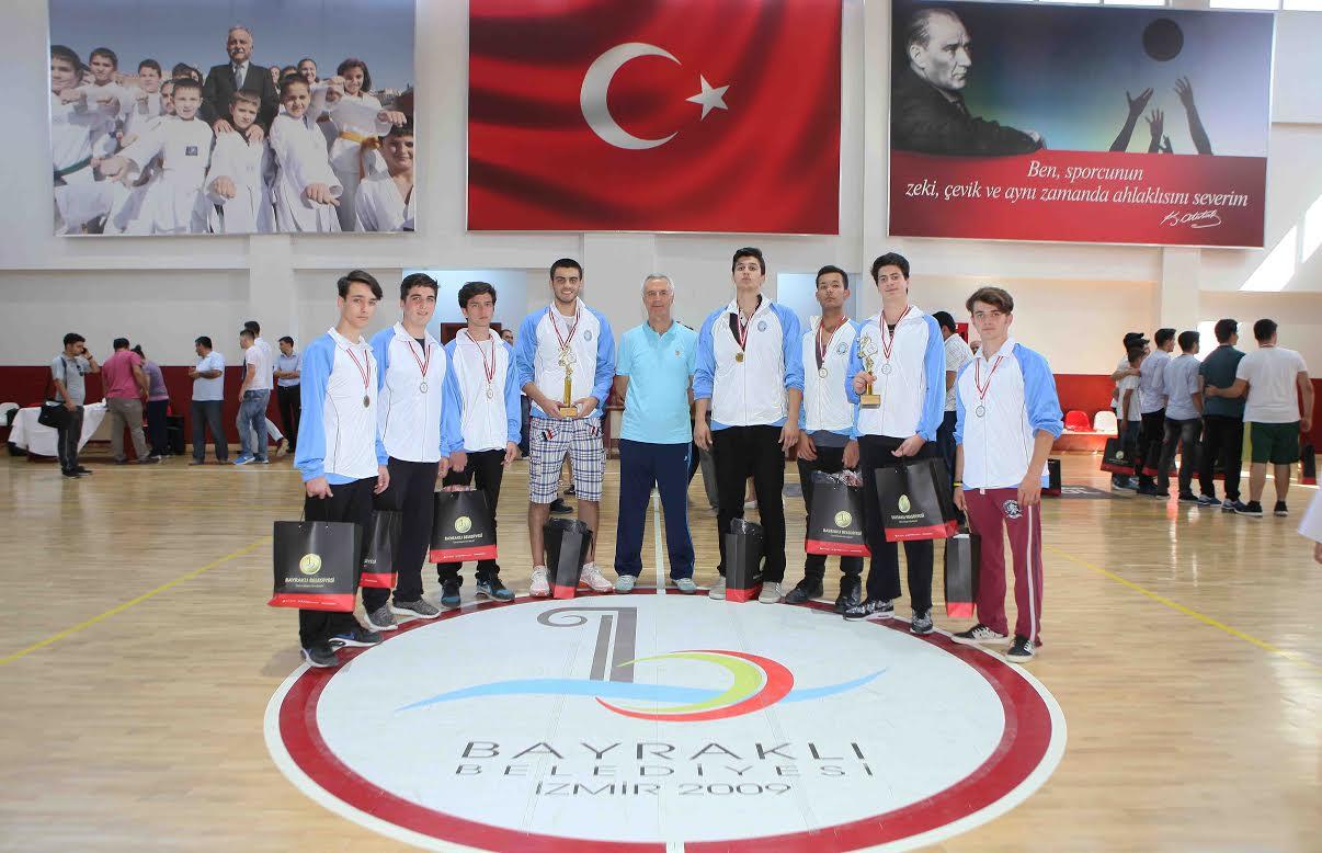 """Bayraklı'da """"Atatürk'ün Gençleri"""" şampiyon oldu!"""