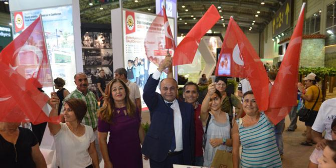 Çiğli Belediyesi fuarda bayrak dağıtıyor