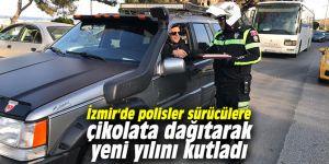 İzmir'de polisler sürücülere çikolata dağıtarak yeni yılını kutladı