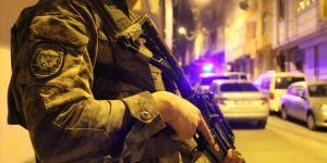 Polis ekiplerine el bombalı saldırı