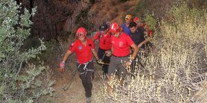 Kayalıklara düşen genç kız kurtarıldı