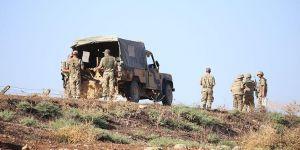 Kaçak göçmenleri taşıyan askeri araç devrildi!