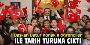 Başkan Batur Konak'lı öğrenciler ile  tarih turuna çıktı