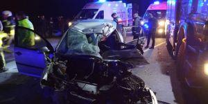 Feci kaza! Otomobil tırın altına girdi