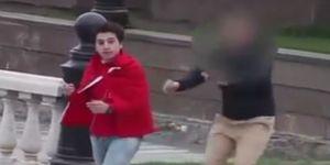Kızıl Meydan'da Türk Bayrağını Sırtına Sararak Dolaştı