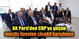 AK Parti'den CHP'ye geçen meclis üyesine çiçekli karşılama