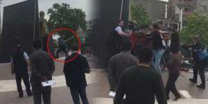 Atatürk anıtına baltalı, tinerli saldırı... Vatandaş linç ediyordu...