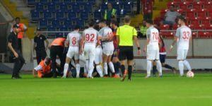 Futbolcuya taraftardan yumruklu saldırı... İşte o anlar...
