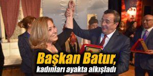 Başkan Batur, kadınları ayakta alkışladı