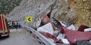 Kamyon kayalığa çarptı: Ölü ve yaralı var