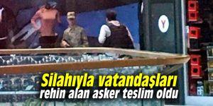 Silahıyla vatandaşları rehin alan asker teslim oldu