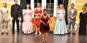 Sahne Tozu Tiyatrosu'nda seyirci gülerken fenalık geçirdi.