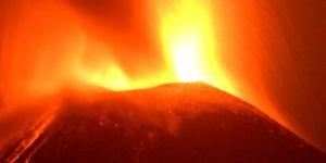 Yine patladı! Püsküren kül ve duman 3 bin metreye...